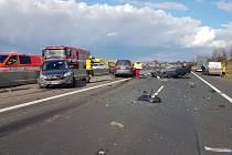 Dálnici D10 odpoledne uzavřela dopravní nehoda.