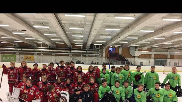 Foto z loňského roku, kdy hokejisté Boleslavi, Hradce a Liberce společně porazili Frolundu a Dynamo Moskva