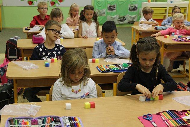 Při matematice pomáhají spočty pomůcky, například barevné kostičky
