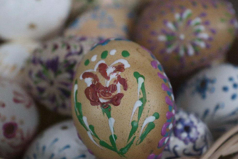 Ivana Košek Musilová začala zdobit kraslice teprve loni. Udělala jich na dvě stovky. Hlavně pak pro přátele. Kromě toho ale také plete košíky, maluje obrazy nebo se věnuje bylinkám.