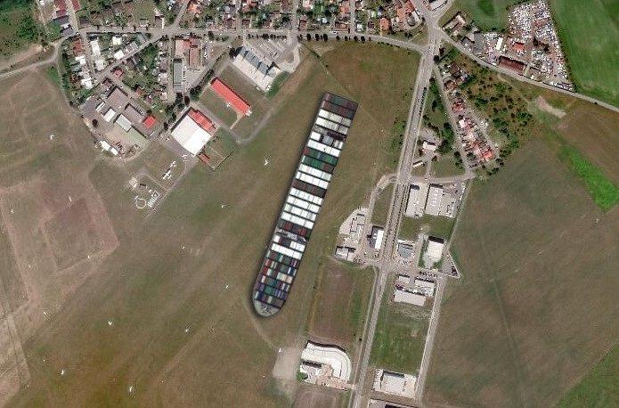 Loď Ever Given na letišti v Mladé Boleslavi