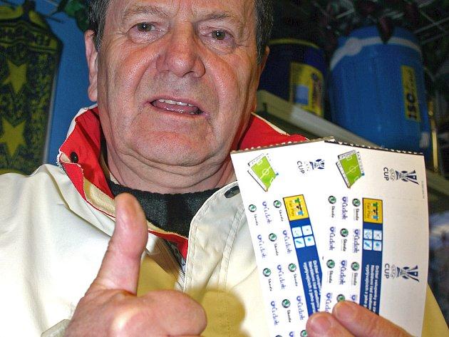 Mezi prvními fandy, kteří si ve Fanshopu koupili vstupenky na obě utkání, byl i František Kvasnička.