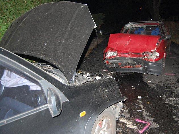 Opilý řidič z černého auta po nehodě zmizel. V červené felicii byl zraněn spolujezdec, kterého musela záchranka odvézt do nemocnice v Mladé Boleslavi
