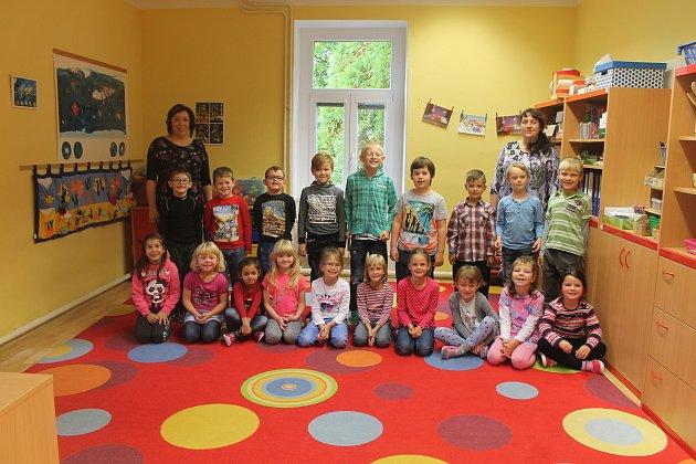 Žáci 1.B ZŠ Bakov nad Jizerou, třídní učitelka Hana Kroupová a asistentka pedagoga Markéta Tesaříková