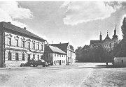 Husovo náměstí v Chotětově s kostelem sv. Prokopa v pozadí.