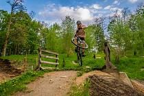 Skoky i další nebezpečné kousky předváděli jezdci v bike parku na Štěpánce