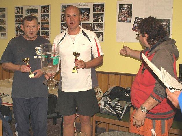"""Hedrlín (vlevo) a Šorejs (uprostřed) se stali vítězi tenisového turnaje """"stoletých"""" na boleslavské Štěpánce"""