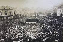 Revoluční dny v Mladé Boleslavi. Fotografie z prohlášení Československé republiky byla pořízena až 1. listopadu 1918 na Staroměstském náměstí. To zaplnily davy.
