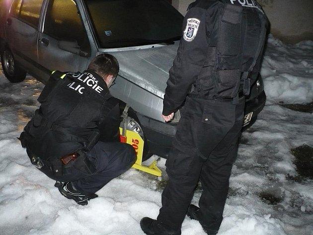 Strážníci hledanému autu nasadili botičku.
