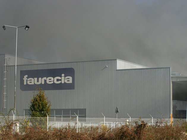 Továrnu Faurecie zahalil dým.