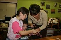 V Zahradě DDM se děti učily batikovat pod odborným dohledem i za pomoci maminek.