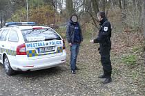 Městští policisté podezřelého muže zadrželi