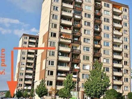 PANELÁK. Z pátého patra tohoto domu žena spadla. Utrhl se s ní hromosvod. Přežila.