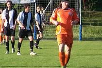 Jan Resl (vpředu) byl střeleckou hvězdou utkání Bakov - Uhlířské Janovice.