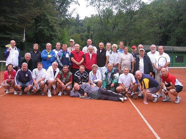 Společný snímek účastníků Stoletého tenisového turnaje, který se odehrál v sobotu na kurtech na Štěpánce