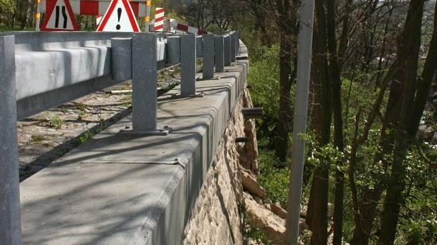 Z části tarasu se už vyvalily velké balvany, u silnice nad ním praskl asfalt. Doprava je zde omezena