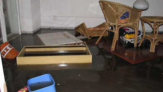 Záplavový déšť a krupobití, které byly příčinou vytopení řady domů na Boleslavsku