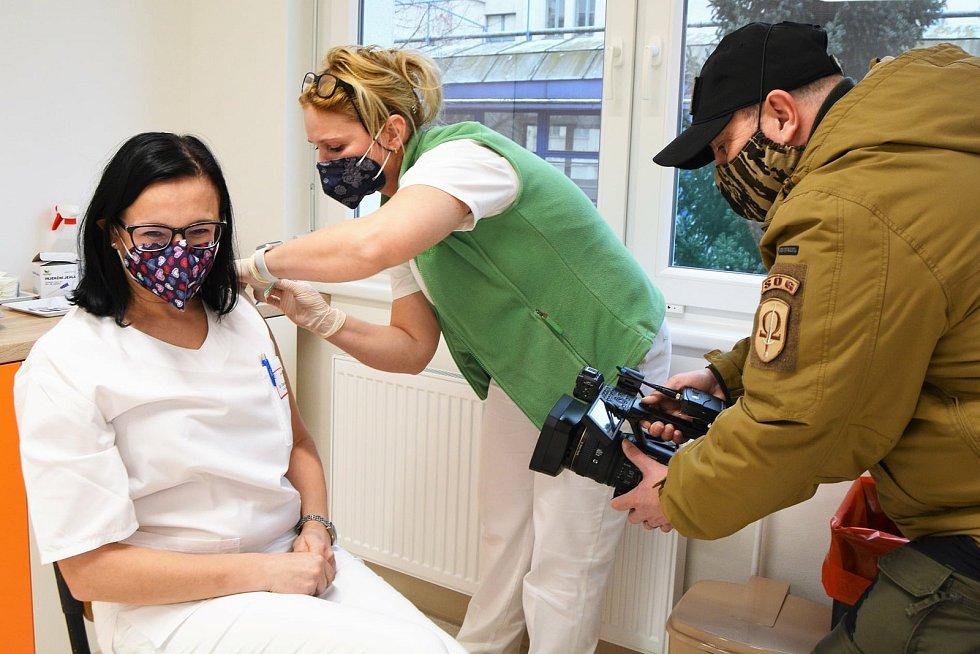 Zaměstnanci Klaudiánovy nemocnice dostali očkování proti covidu