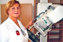 """""""Vyšetření rentgenem spolu s vyhodnocením snímku trvá asi 15 minut,"""" říká laborantka Světlana Mocová."""