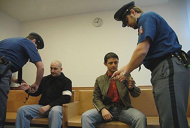 Boleslavští lupiči Ján Ikry a Marek Kanaloš (na snímku zleva), kteří se před rokem stali postrachem personálu heren v Mladé Boleslavi, u odvolacího soudu neuspěli.