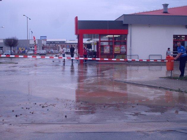 Voda z prasklého potrubí zaplavila parkoviště v Mladé Boleslavi.