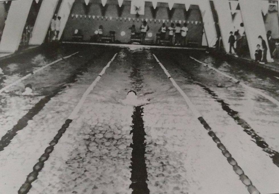 Pohled na mladoboleslavský plavecký bazén pod sokolovnou v roce 1974.