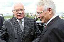 Prezident Václav Klaus a šéf představenstva Škoda Auto Winfried Vahland.