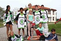 HOKEJOVÉ ZÁPASY mistrovství světa si nenechají ujít ani děti z Dětského domova v Krnsku a týmu drží palce.