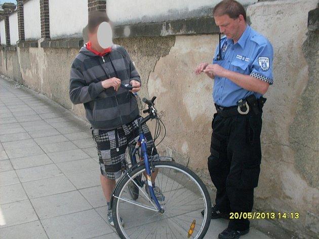 Kradené kolo i s podezřelým mladíkem