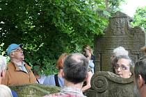 Karel Herčík vedl své posluchače židovským hřbitovem kolem hrobu Jakuba Baševiho do kaple i márnice.