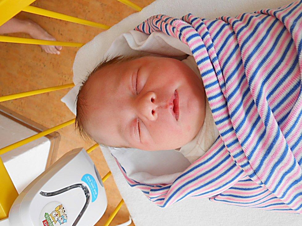 Daniel Šťastný, Český Dub. Narodil se 8. června, vážil 3,69 kg a měřil 51 cm. Maminka Helena a tatínek Michal.