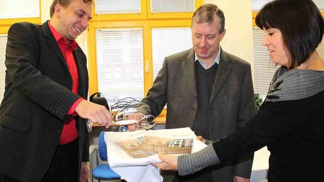 V Klaudiánově nemocnici pokřtili brožuru ke 120. narozeninám zařízení