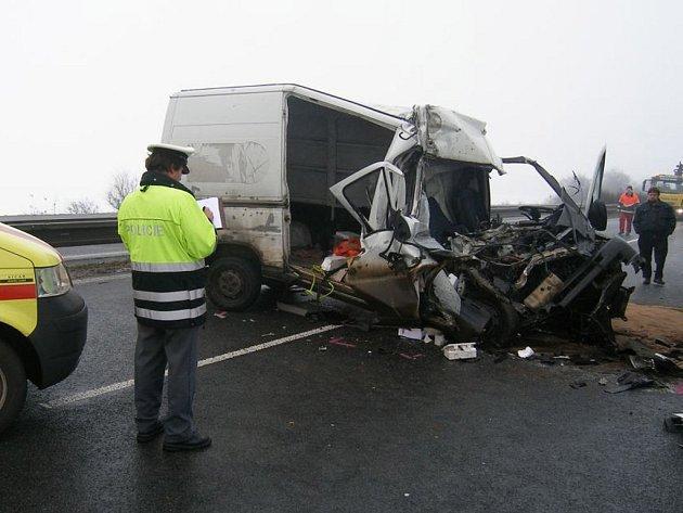 Nehoda na R10 si vyžádala jednoho těžce zraněného muže.
