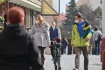 Boleslaváci většinou nosí respirátory. Bez ochrany dýchacích cest na ulici chodil během našeho testu málokdo.