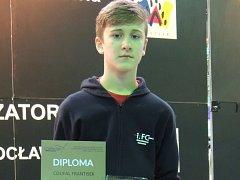 FRANTIŠEK COUFAL s diplomem, který si do Bělé pod Bezdězem přivezl ze světového turnaje z polské Wroclawi.