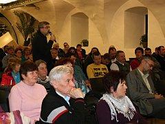 Schůze se zúčastnilo 150 obyvatel Dobrovice.