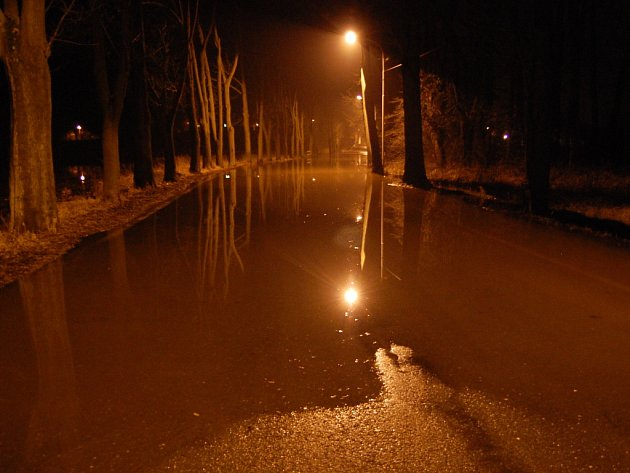 Velká voda v Bakově nad Jizerou ve středu večer.
