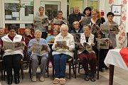 Česko zpívá koledy v Luštěnicích, kde akci spojili i s prodejem vánočních předmětů
