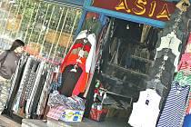 V tomto objektu v úterý celníci zabavili oblečení s falešnými značkami.