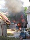 Zhruba v 19,30 hodin se ozvalo postupně několik výbuchů v garáži v historické části Benátek nad Jizerou, ve Smetanově ulici. Následně garáž začala hořet.