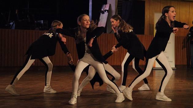 JMÉNA DESETI finalistů, kteří se 8. dubna předvedou ve finále soutěže Boleslavsko hledá talent ve Škoda Muzeu, jsou na světě. Porotci vybrali například dívčí kapelu Kafe, skupinu věnující se aerobiku Jumping Kangaroos (na snímku) či cyklistu Davida Šulce.
