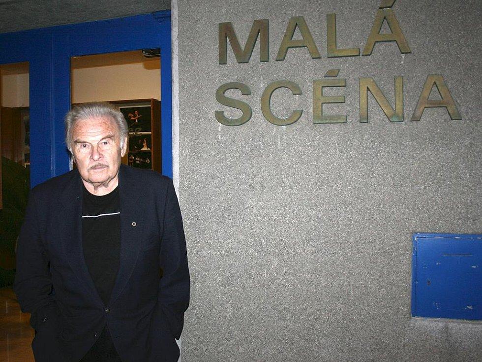 Luděk Munzar před Malou scénou Městského divadla Mladá Boleslav.