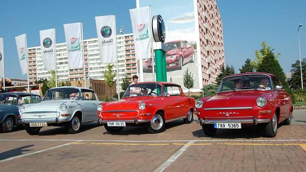 Sraz vozů MBX před Škoda Auto Muzeem v Mladé Boleslavi.