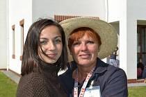 Hanka Abbasová s tetou Jindřiškou, která se o ní v Dětském domově v Krnsku starala. Mají spolu úzký přátelský vztah