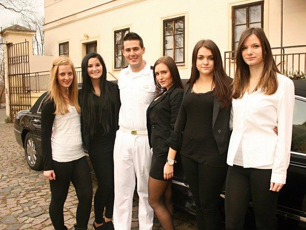 Námořní důstojník Jan Maršinský v obležení studentek na nádvoří školy