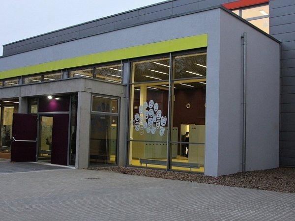 Budova moderní školní přístavby se rozkládá mezi historickou budovou školy a budovou školy ze 70.let.