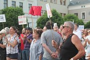 V úterý 11. června se na Staroměstském náměstí sešlo, podle slov organizátorů, na pět set lidí, kteří přišli vyslovit svůj odpor premiérovi České republiky Andrei Babišovi a prezidentovi Miloši Zemanovi.