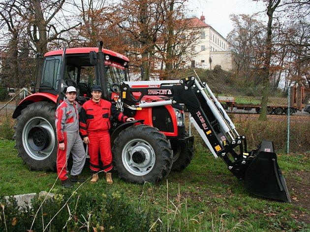 Řídit nový traktor je pro studenty radost