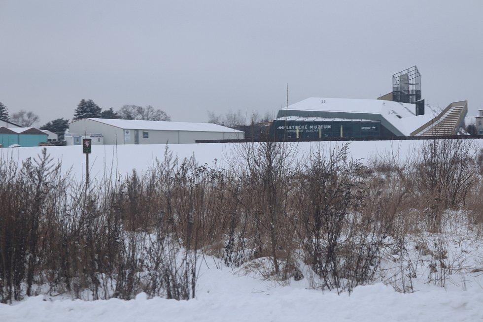 Okolí Leteckého muzea Metoděje Vlacha je celé bílé