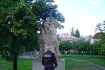 Opilý muž vylezl na sochu v Mladé Boleslavi.